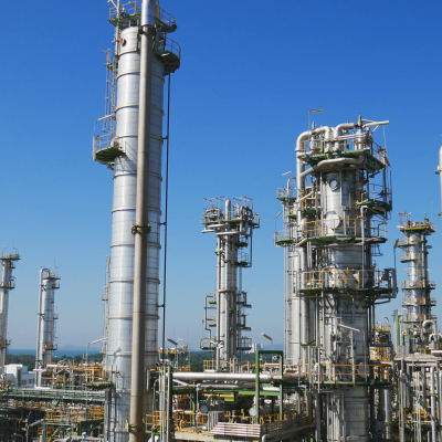 video-panning-of-refinery-tower-in-process-area-of-oil-refinery-industrial-plant-construction-phase_4qcc15lal__F0000